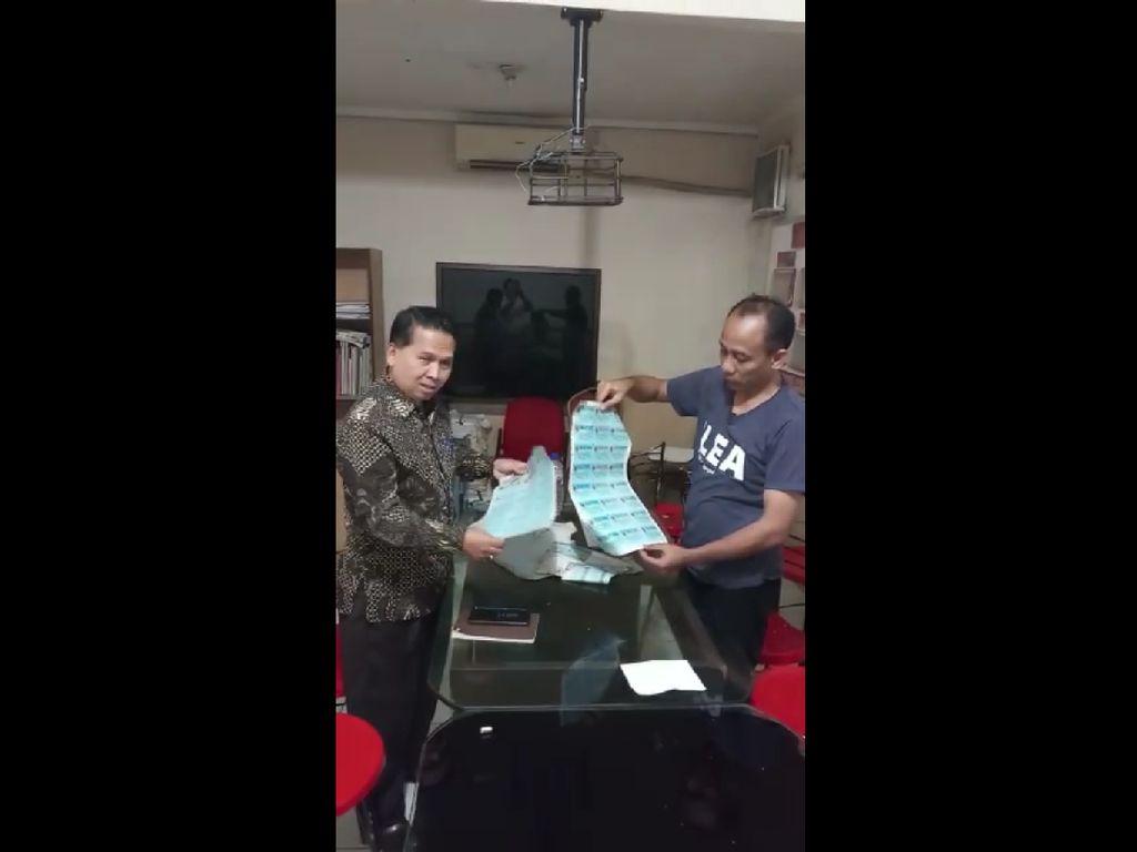 3 Karung Berisi Ribuan Pelapis e-KTP Ditemukan di Lahan Kosong di Depok