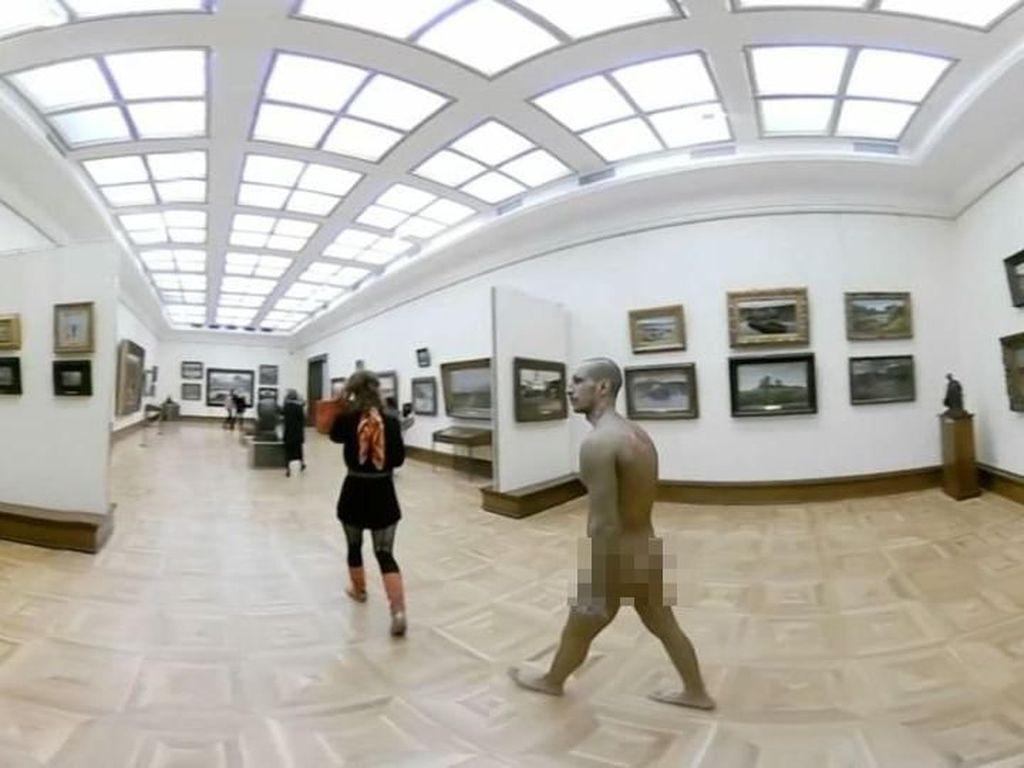 Pengunjung Bugil Kedapatan Keliling Museum di Rusia