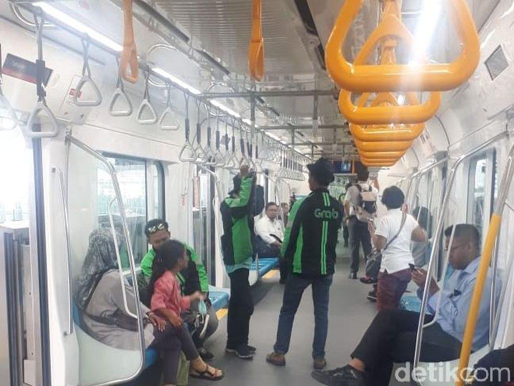 Jangan Lupa, Naik MRT Hari Ini Sudah Tidak Gratis
