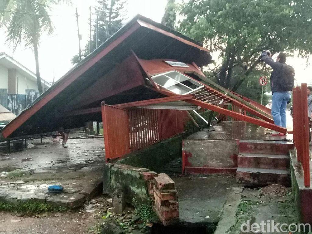 Hujan Disertai Angin Kencang, Halte Roboh dan Pohon Tumbang di Palembang