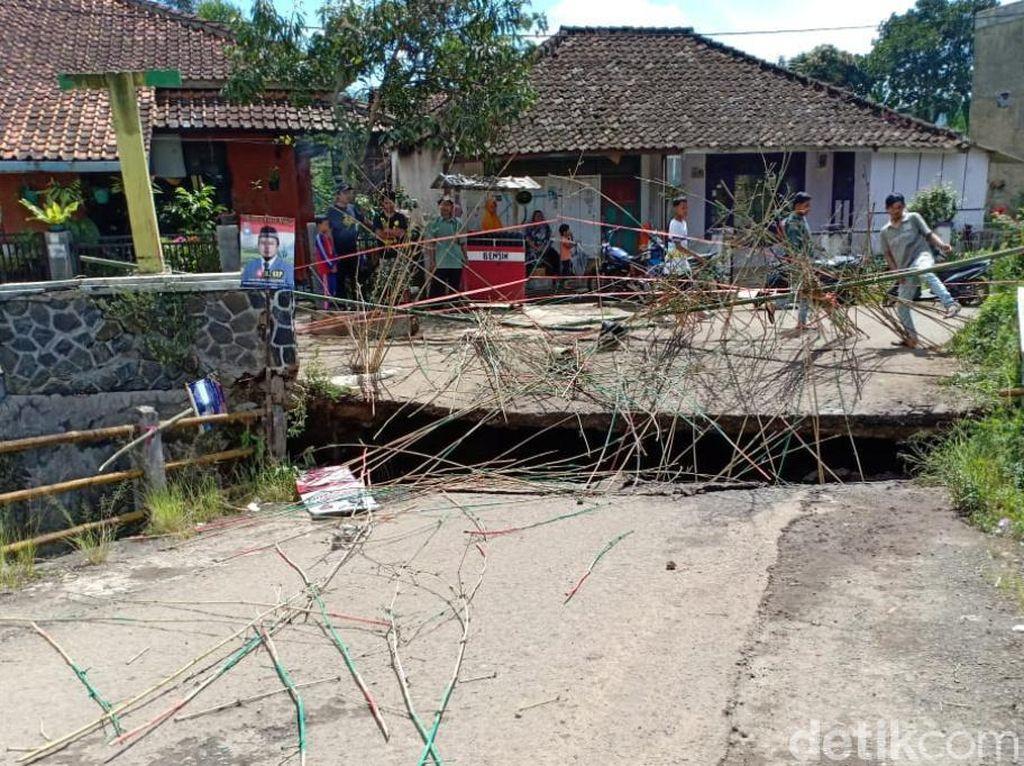 Jembatan Penghubung Dua Desa di Ciwidey Ambruk