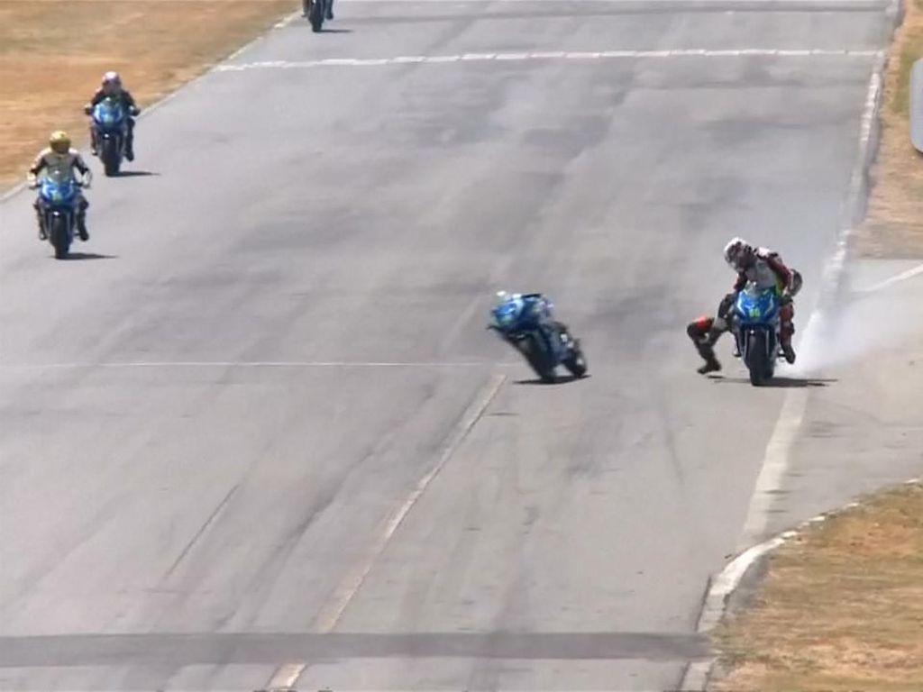 Konyol! Dua Pembalap Kosta Rika Adu Jotos saat Balapan