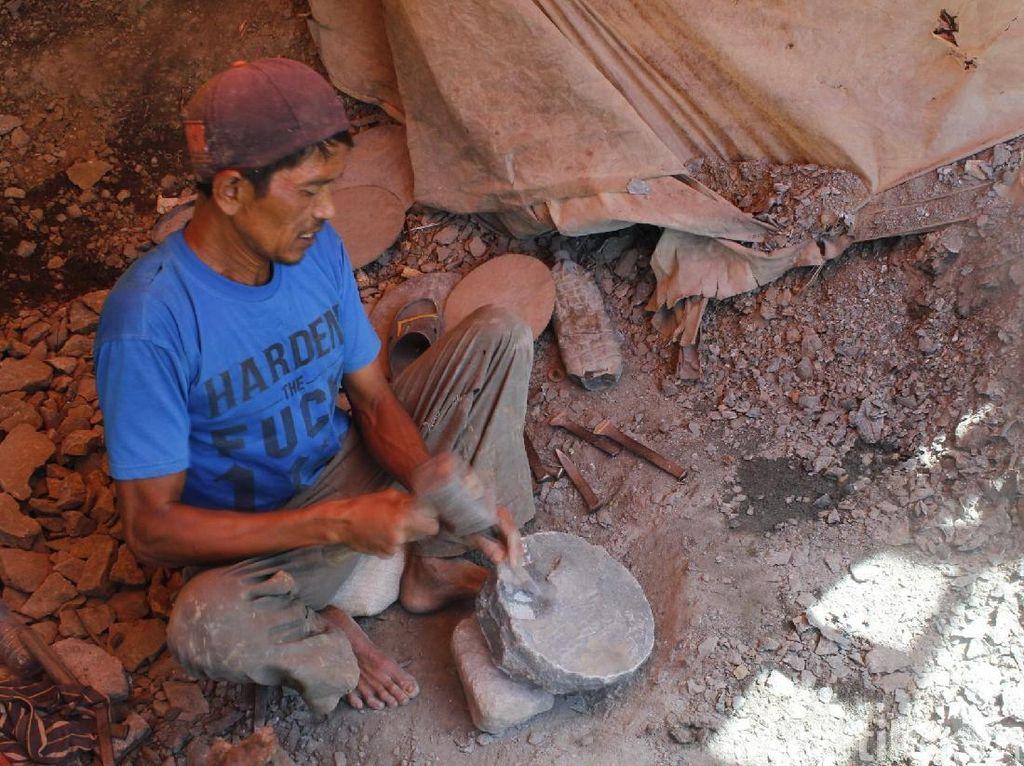 Melihat Produksi Cobek Padalarang di Kaki Gunung Halimun