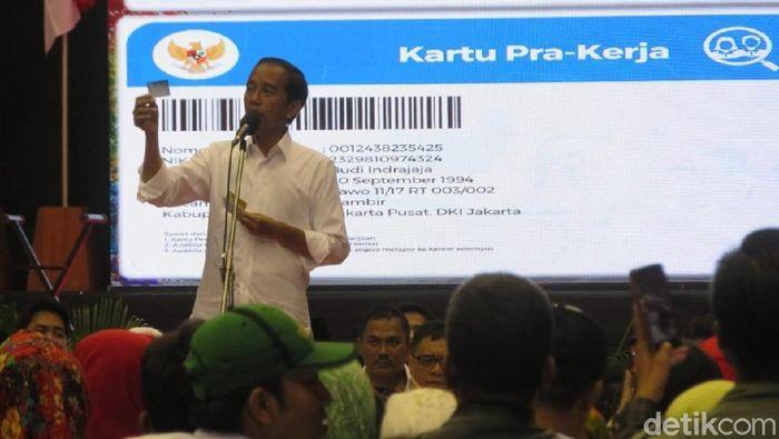 Capres Jokowi pamer kartu Pra-Kerja saat kampanye akbar di Malang.