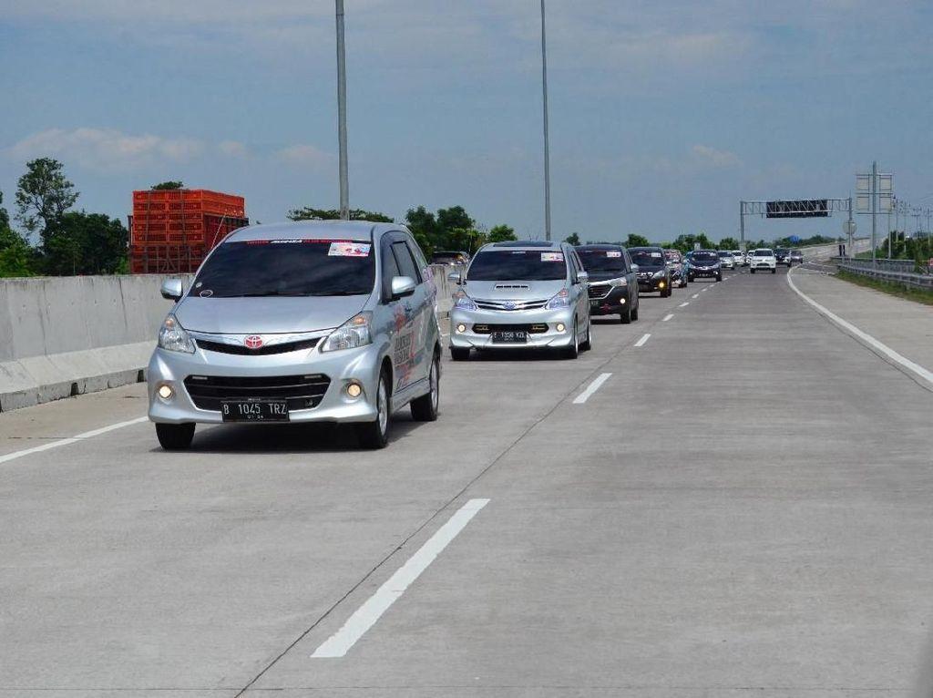 Saat Ratusan Toyota Avanza Buat Padat Tol Trans Jawa