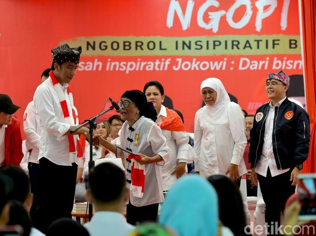 Seorang Nenek Paksa Naik Panggung saat Jokowi Pidato di Banyuwangi
