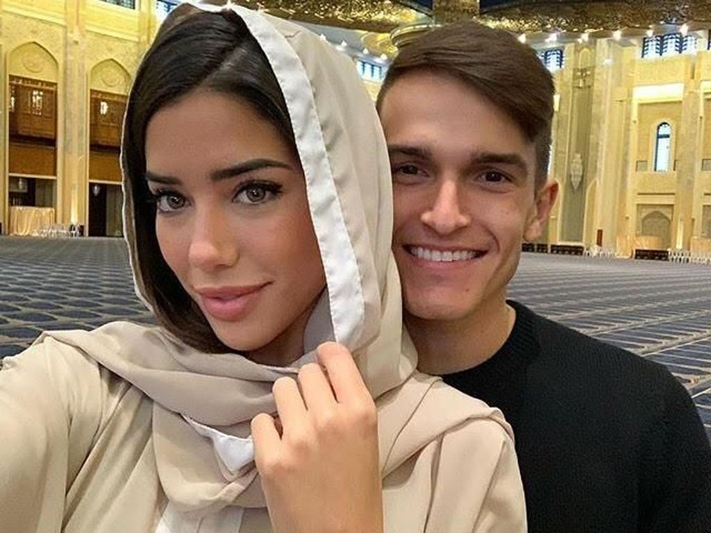 Foto di Masjid, Model Seksi Pacar Pemain Arsenal Denis Suarez Dihujat