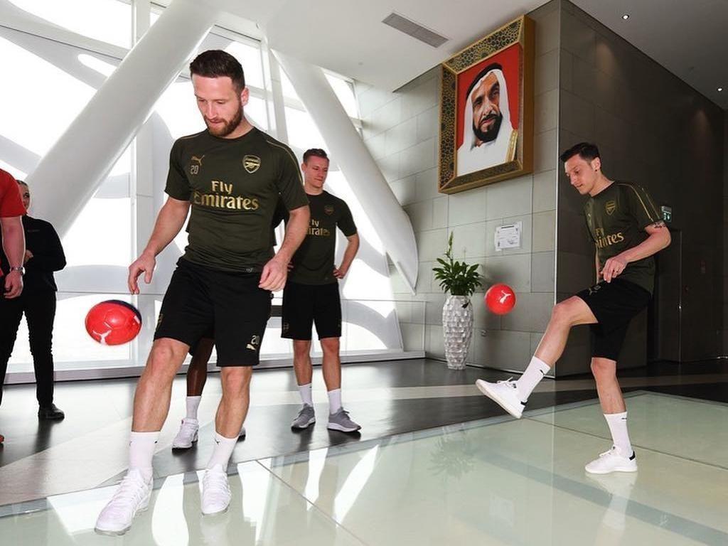 Foto: Mesut Ozil dkk Juggling Bola di Atas Bingkai Terbesar Dunia