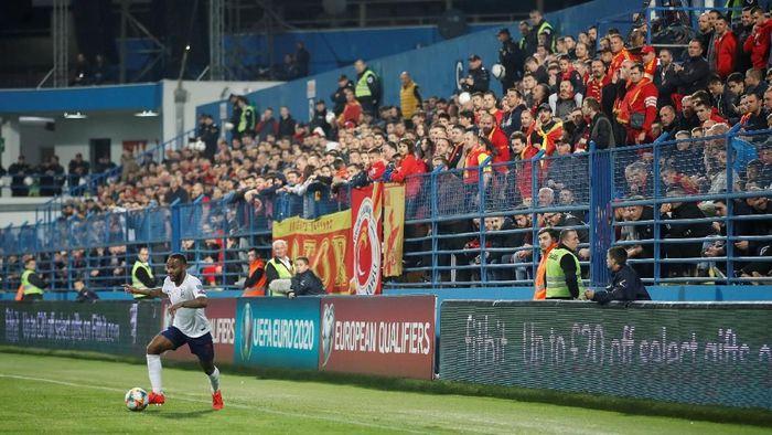 Raheem Sterling mengalami pelecehan rasial saat membela tim nasional Inggris melawan Montenegro. (Foto: Carl Recine/Reuters)