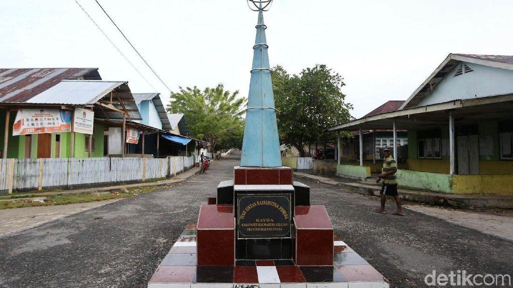 Potret Tugu Khatulistiwa di Pulau Kayoa