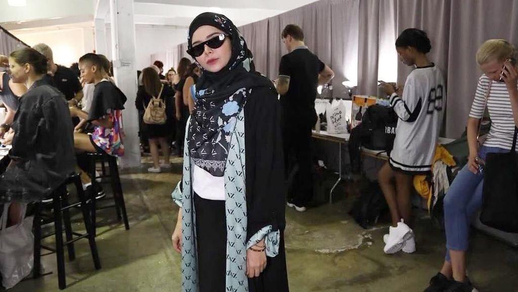 Ide Padu Padan Sneakers dengan Hijab Syari Ala Desainer Vivi Zubedi