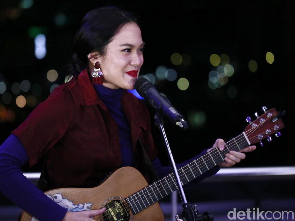 Tonton Aksi Sheryl Sheinafia Akustikan di Rooftop detikcom