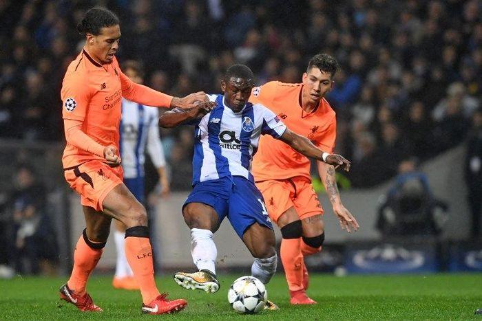 Bek Liverpool Virgil van Dijk berkukuh Porto tidak layak diremehkan. (Foto: Francisco Leong / AFP)
