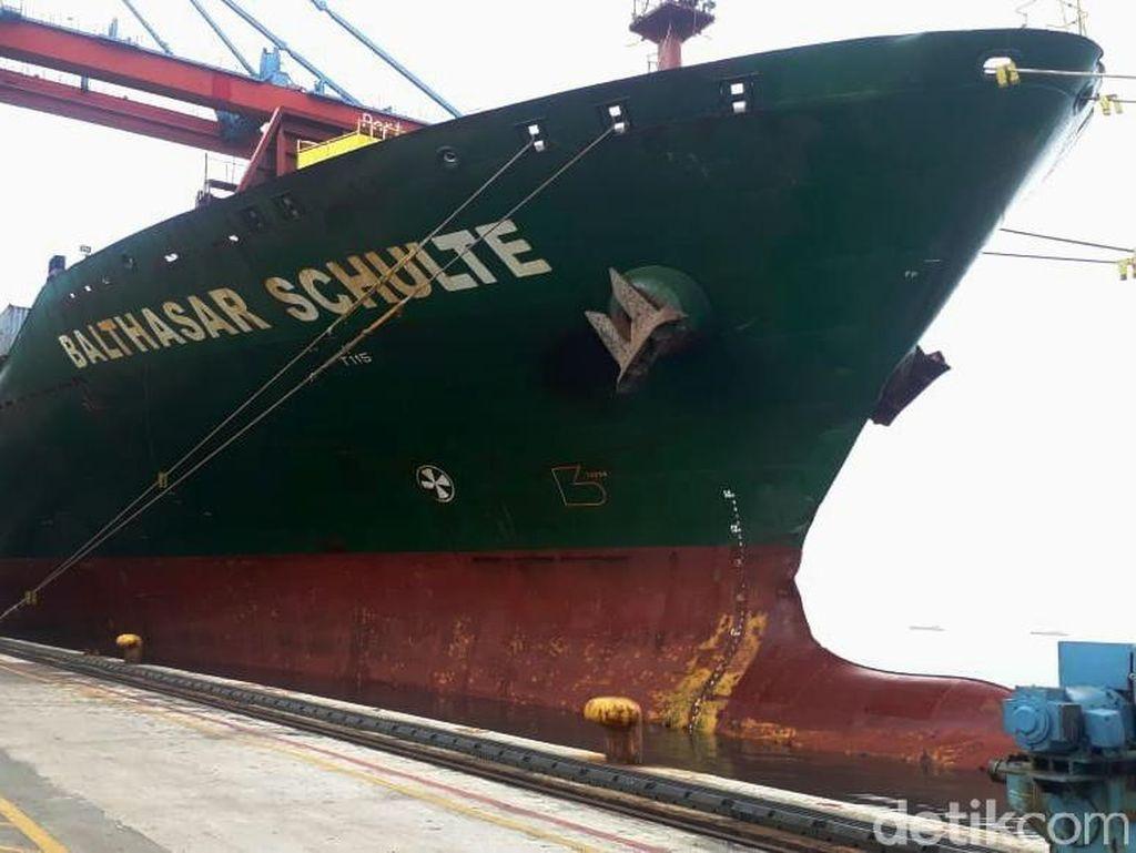Kapal Raksasa Pengangkut Produk Ekspor dari Sumatera