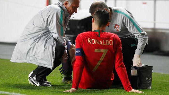 Cristiano Ronaldo cedera saat membela Portugal melawan Serbia di Kualifikasi Piala Eropa 2020. (Foto: Rafael Marchante/REUTERS)