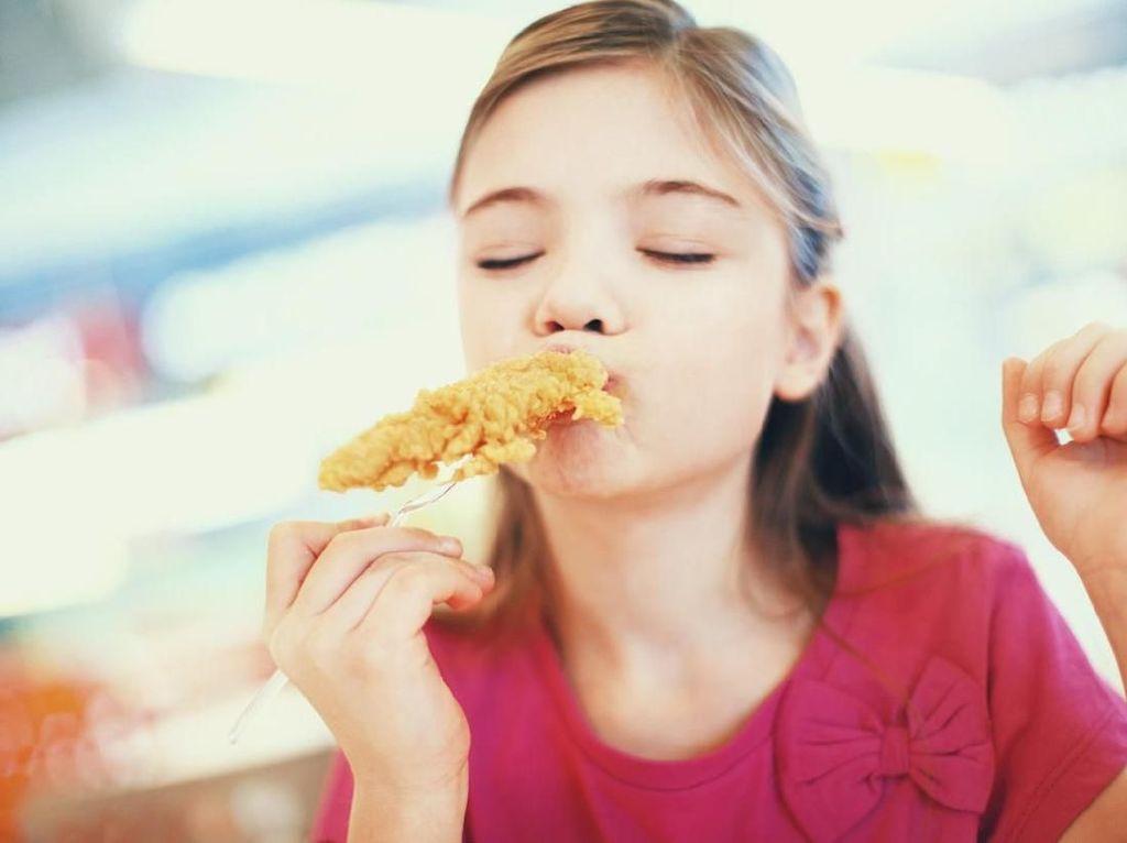 5 Trik Menyiasati Anak yang Cuma Mau Makan Junk Food