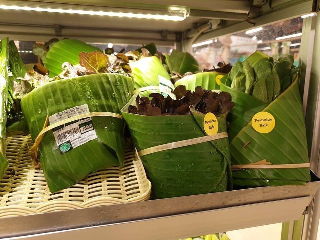 Keren! Supermarket Ini Pakai Daun Pisang Untuk Pengganti Plastik