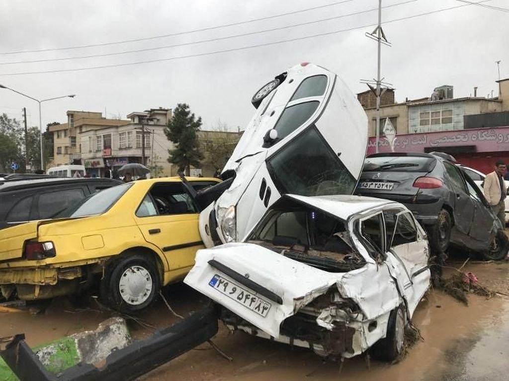 Banjir Iran Tewaskan 19 Orang, Mobil-mobil Bertumpuk