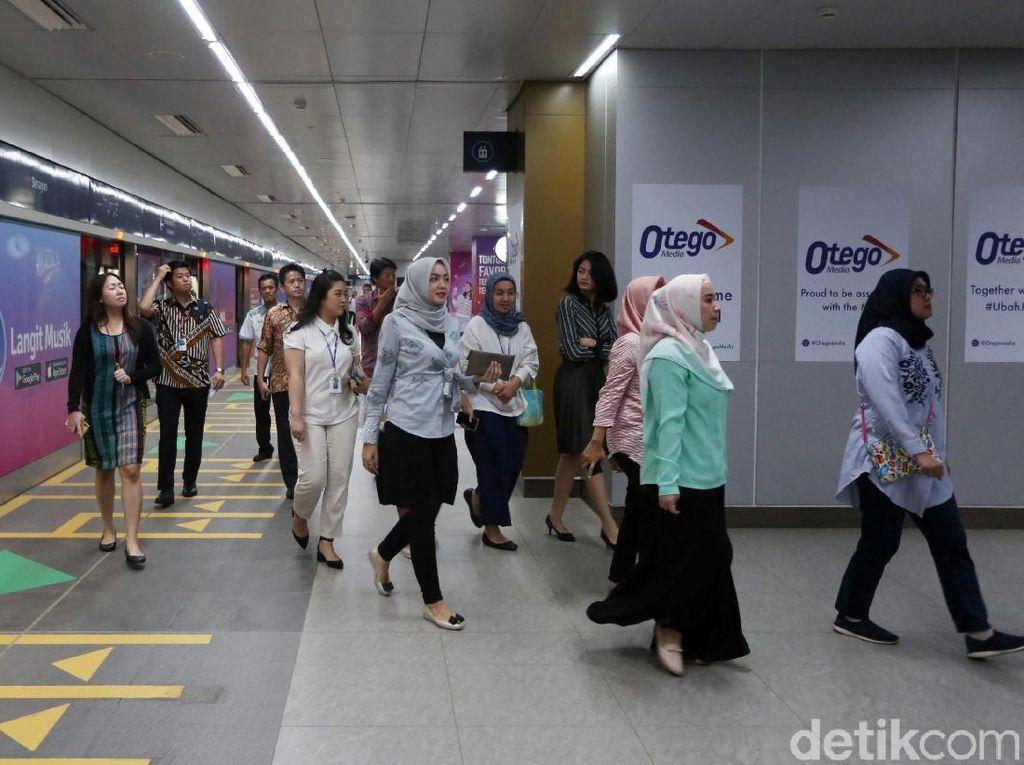Pekerja Kantoran Dominasi Penumpang MRT, Teramai Jam Makan Siang