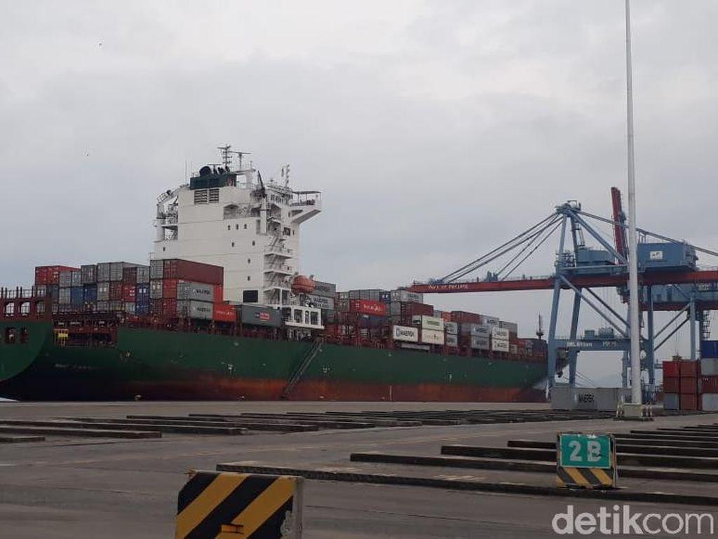 Kapal Raksasa Perdana Bersandar di Pelabuhan Panjang Lampung