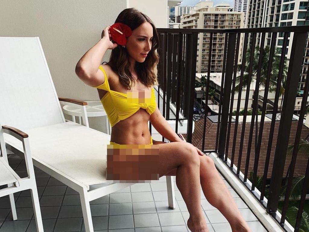 Foto: Liburan di Hawaii, Putri Eminem Pamer Perut Sixpack