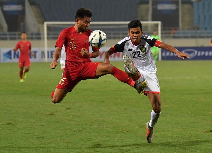 Pesepak bola tim nasional Indonesia U-23 Saddil Ramdani (kiri) berebut bola dengan pesepak bola tim nasional Brunei Darussalam U-23 Muhammad Hanif Hamir (kanan) pada pertandingan Grup K kualifikasi Piala Asia U-23 AFC 2020 di Stadion Nasional My Dinh, Hanoi, Vietnam.