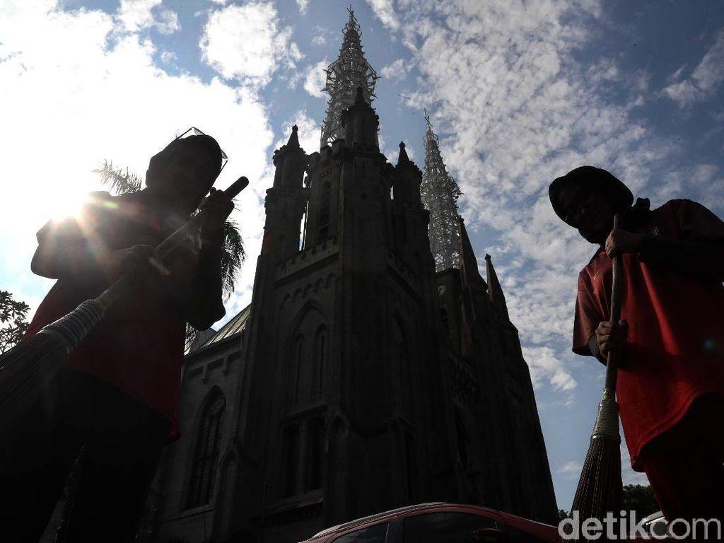 Giliran Gereja Katedral yang Dibersihkan Anggota CPNS