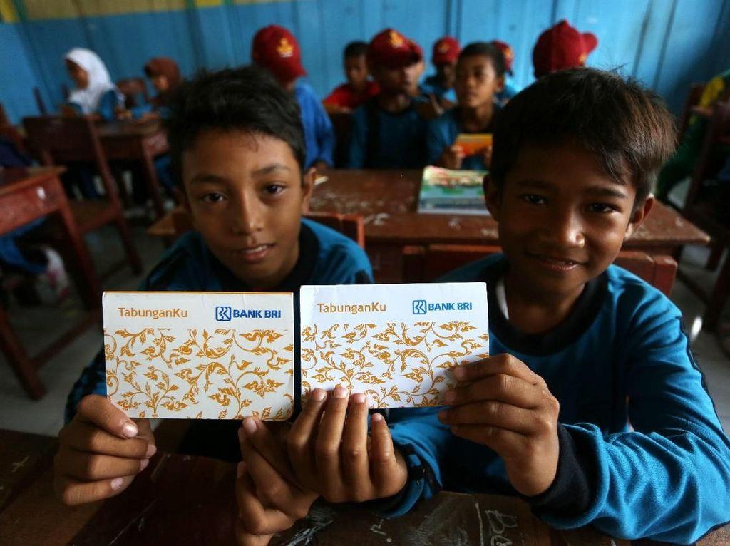 Saat Anak SD Kepulauan Diajari Menabung Pertama Kali di Bank