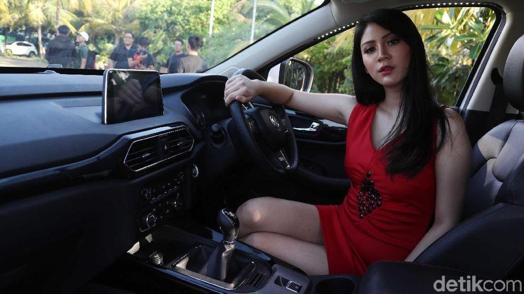 Tatapan Menggoda Model Wanita di SUV China