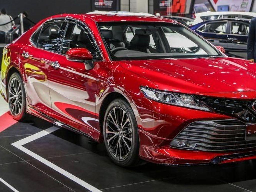 Merah Merona Toyota Camry TRD Sportivo