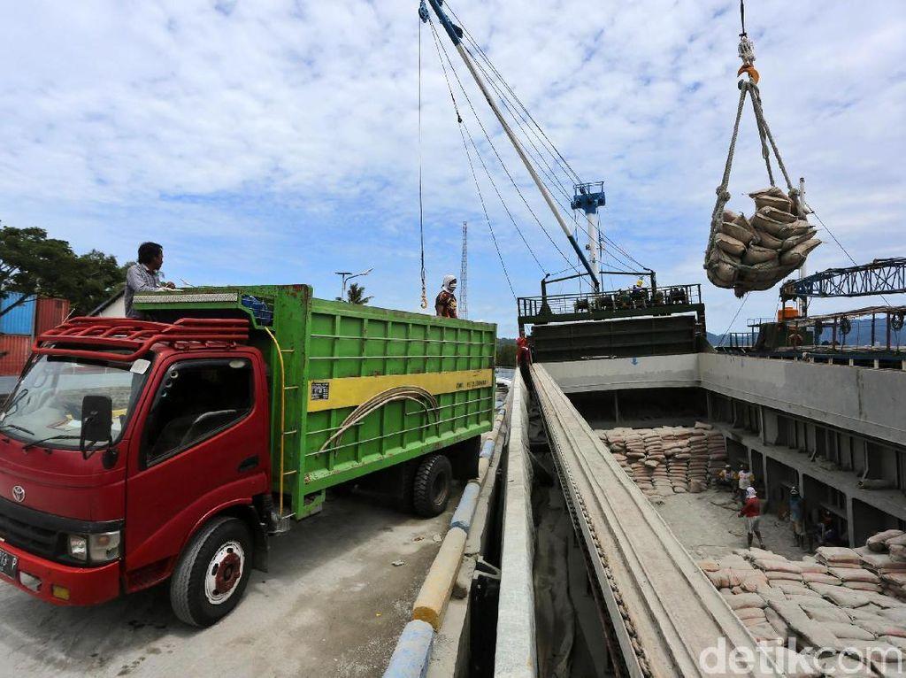 Melihat Aktivitas Bongkar Muat Kapal di Pelabuhan Babang