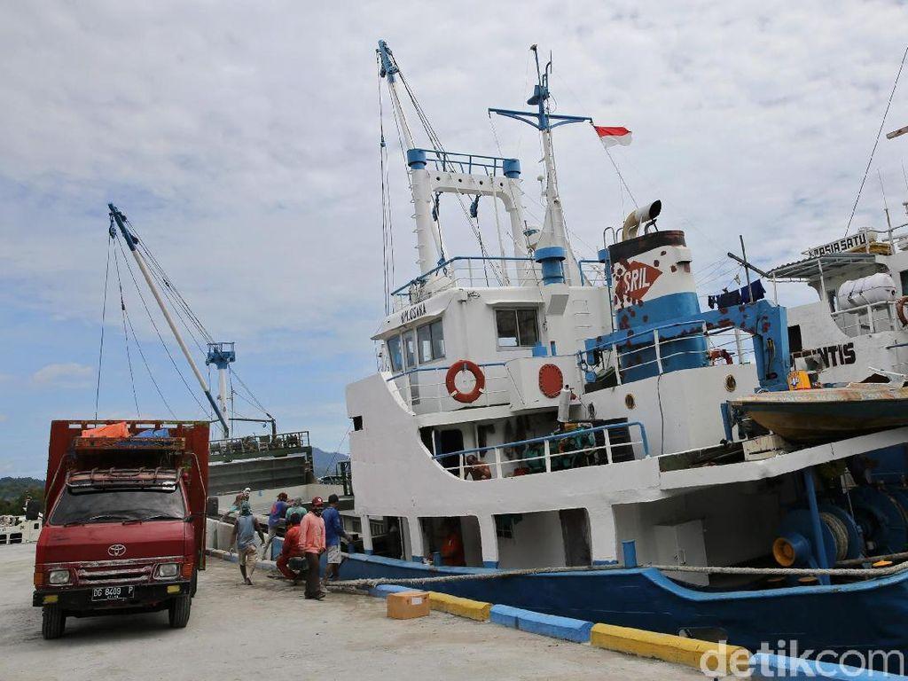 Geliat Kesibukan Pelabuhan Babang