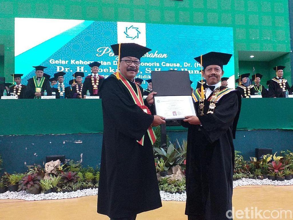 Pakdhe Karwo Terima Gelar Doktor Honoris Causa dari UIN Sunan Ampel