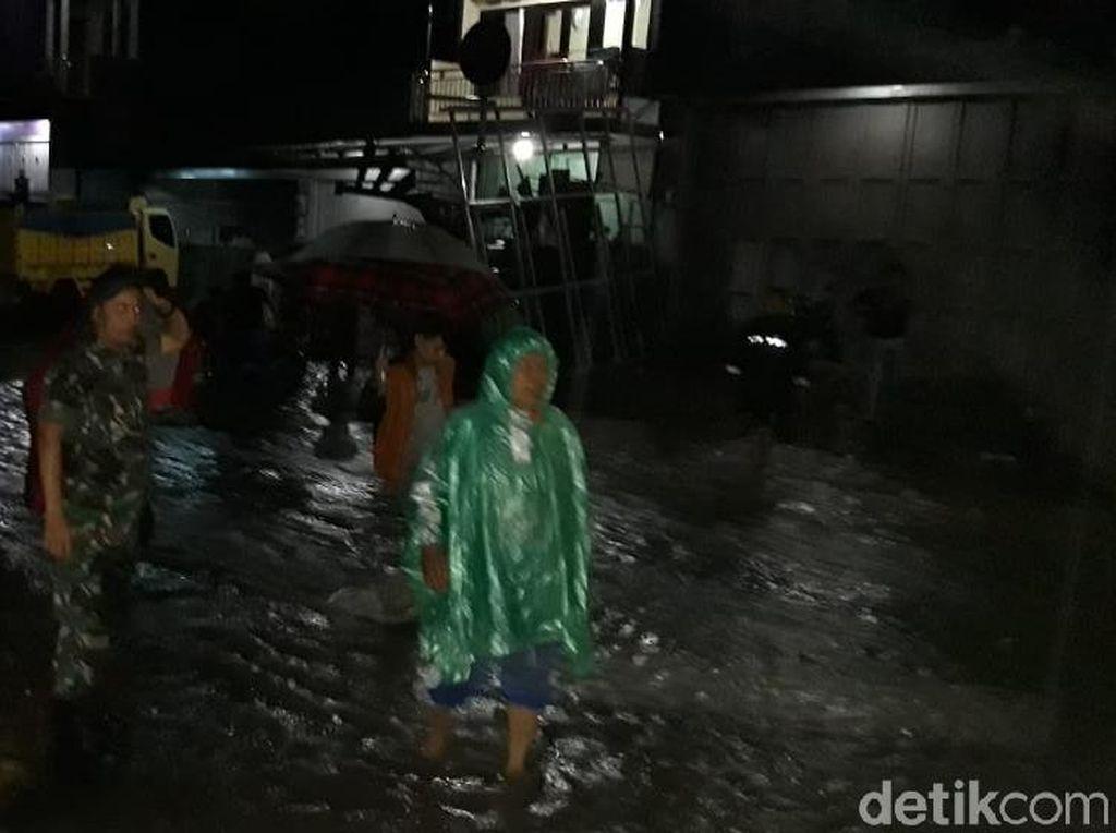 Diguyur Hujan Sejak Sore, Pusat Kota Garut Dikepung Banjir