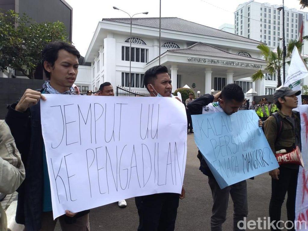 Kasus Bansos, Mahasiswa Desak Kejati Jabar Jemput Paksa Wagub Uu