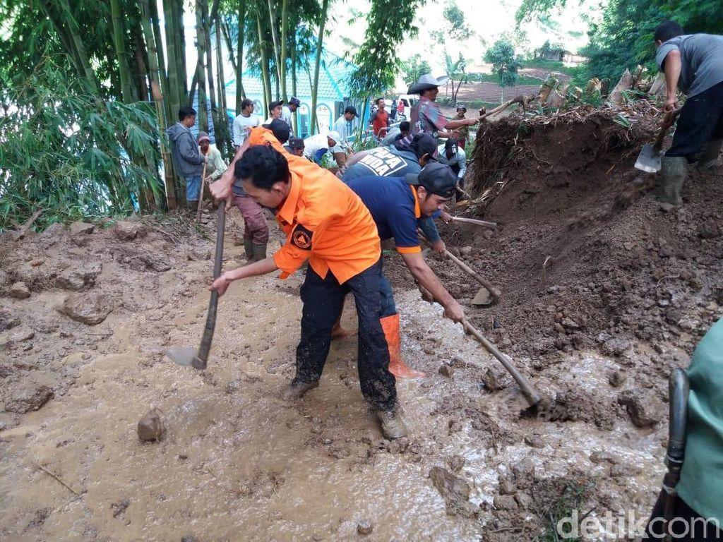 Longsor Tutup Akses Dua Desa di Bandung Barat
