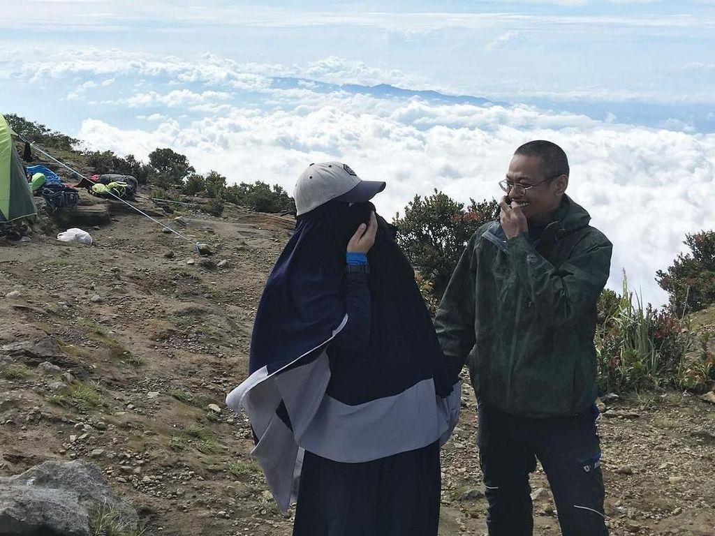 Potret Hijabers yang Suka Naik Gunung Pakai Cadar, Tak Repot Pakai Gamis