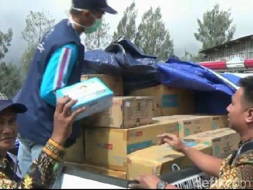 Semburan Abu Vulkanik Bromo Tak Juga Reda, Warga Di-drop Obat-obatan