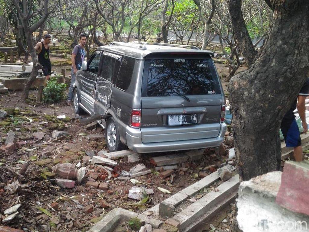 Bukan Mistis, Polisi Tegaskan Mobil Masuk Makam Murni Kecelakaan