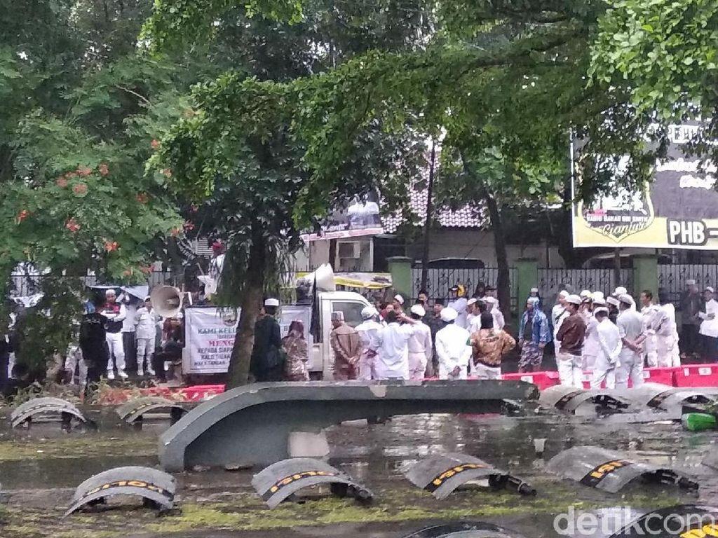 Hujan-hujanan, Pendukung Habib Bahar Setia Tunggu di Luar Pengadilan