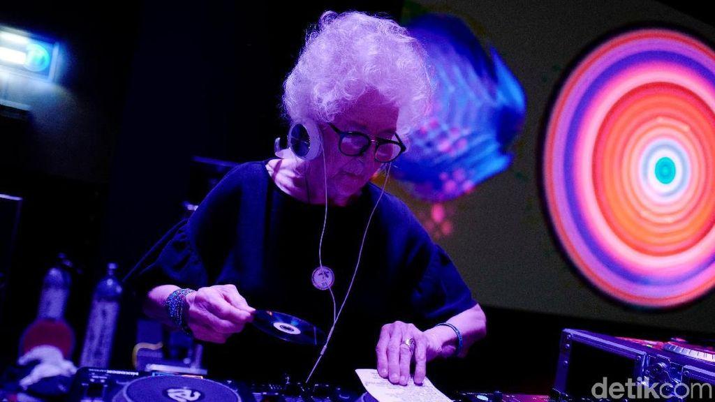Nenek 80 Tahun Ini DJ Tertua di Polandia Lho