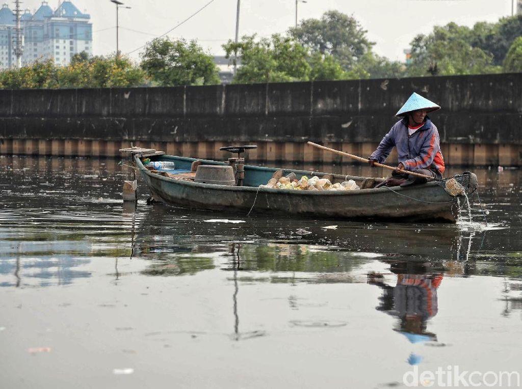 Mendulang Rupiah dari Sampah Plastik di Kali Cagak