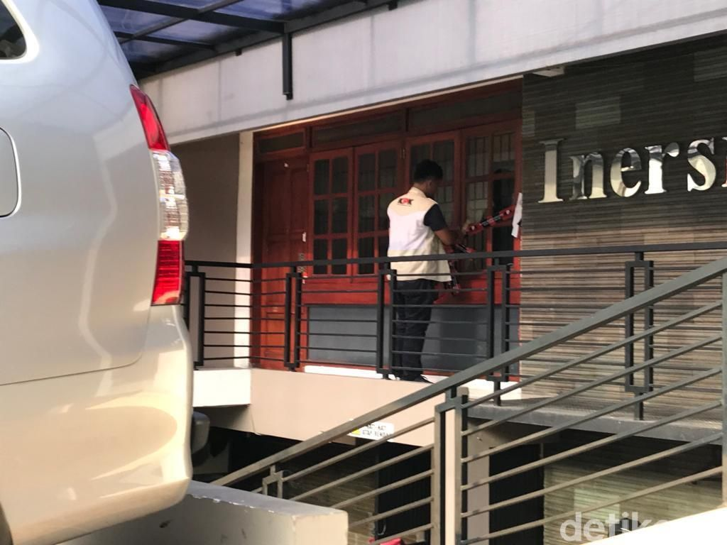 Segel di Kantor Penyimpanan Amplop Serangan Fajar Bowo Dicopot KPK
