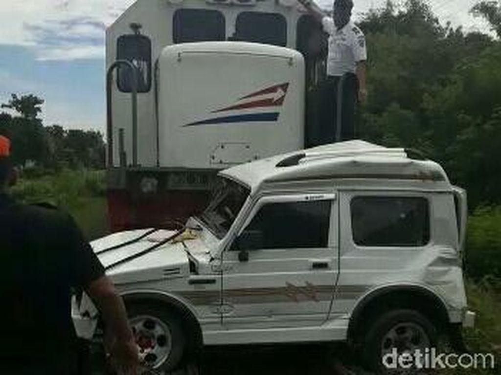 Pengemudi Mobil Hampir Mati Tertabrak KA, Selamat Karena Lompat