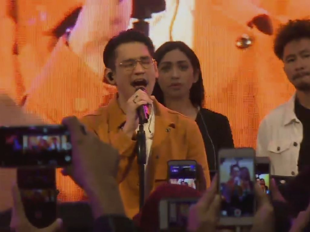Afgan Tampil Romantis di dHot Music Day 2019