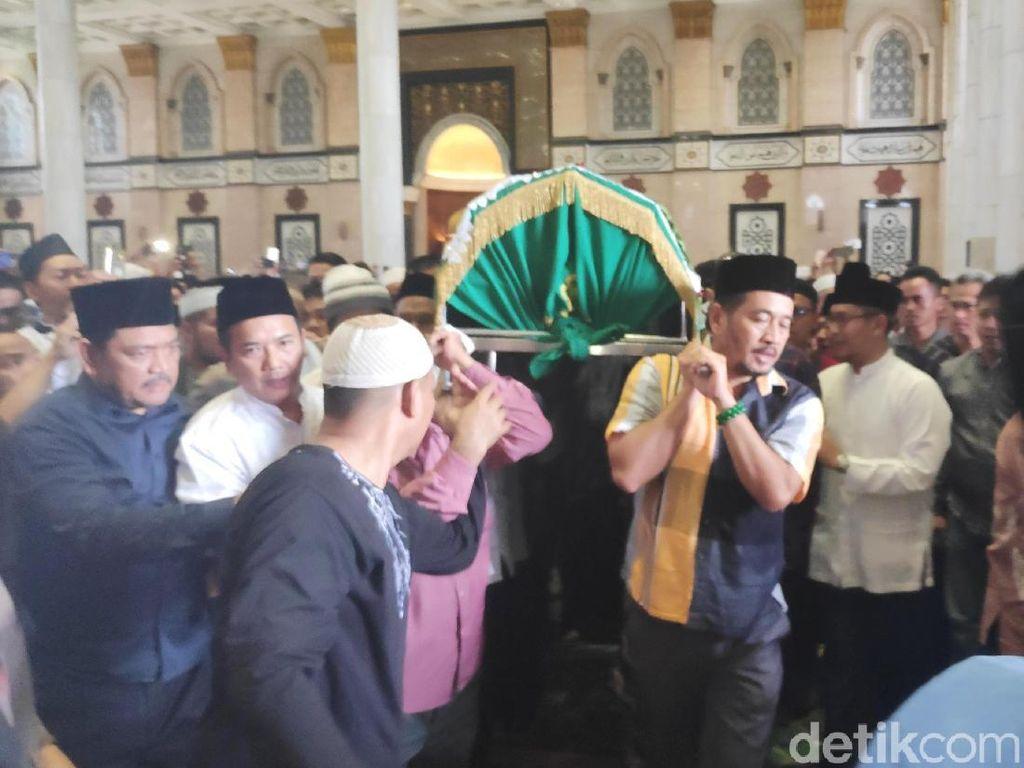 Ratusan Jemaah Iringi Kepergian Pendiri Masjid Kubah Emas Depok