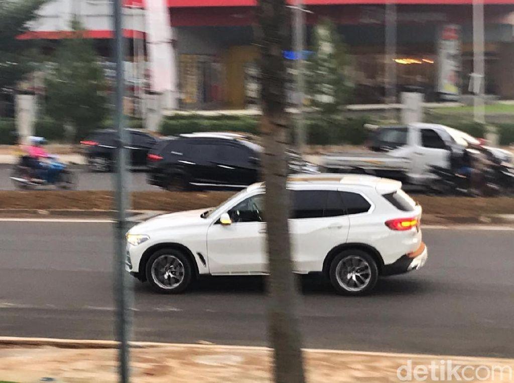 Model Baru SUV Mewah Jerman Jalan-jalan di BSD