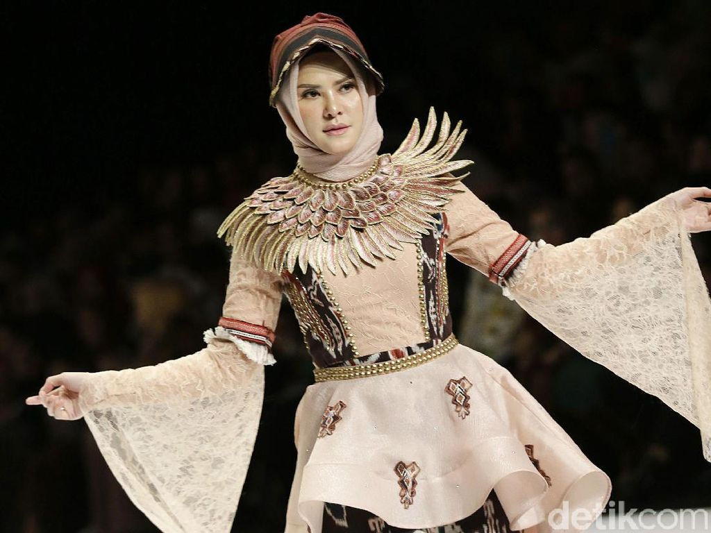 Vicky Prasetyo Tunangan, Angel Lelga Asyik Jadi Model di IFW