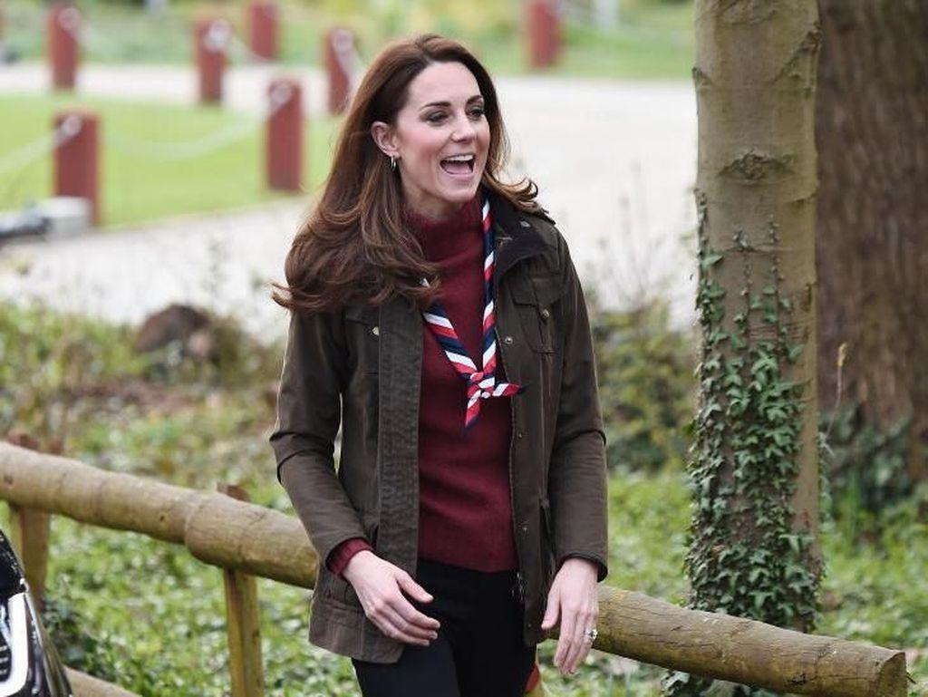 Foto: Kate Middleton Bergaya Modis ala Anak Pramuka