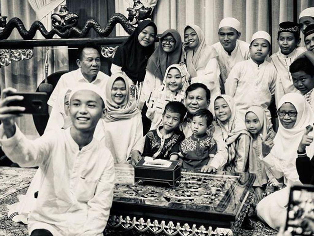 Hangatnya Kebersamaan Prabowo Subianto dengan Anak-anak